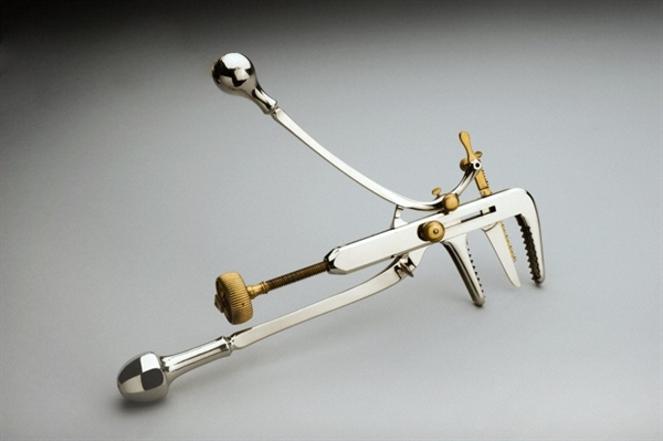 Made between 1875-1885 by the french makers Charrière, Collin and Gentile, this nifty device combined forceps and a saw for bone surgery.